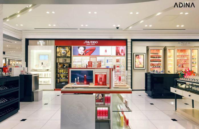 Showroom mỹ phẩm Shiseido được bày trí mang đậm tính cách thương hiệu với gam màu đỏ đặc trưng