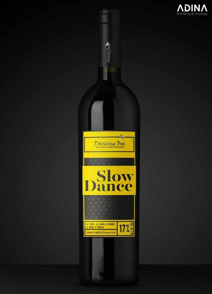 Mẫu bao bì rượu hiện đại với kiểu chữ lớn trình bày nội dung (Ảnh: Internet)