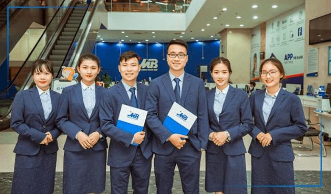 Đồng phục ngân hàng MB sử dụng tone đơn sắc xanh navy với thiết kế trẻ trung, lịch sự (Nguồn: Sưu tầm)