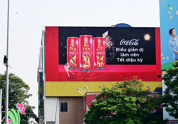 Biển bảng quảng cáo trong thiết kế bộ nhận dạng thương hiệu Coca-Cola